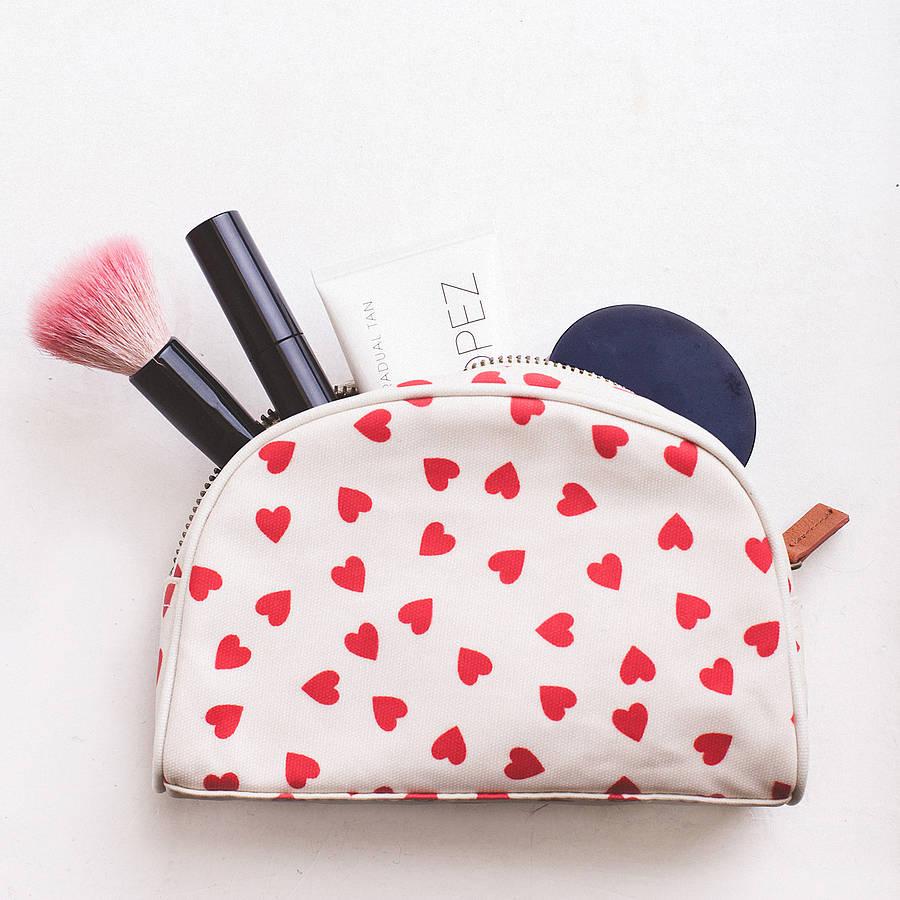 Imagem recolhida em http://swrites.com/must-have-accessories-in-your-hand-bag/